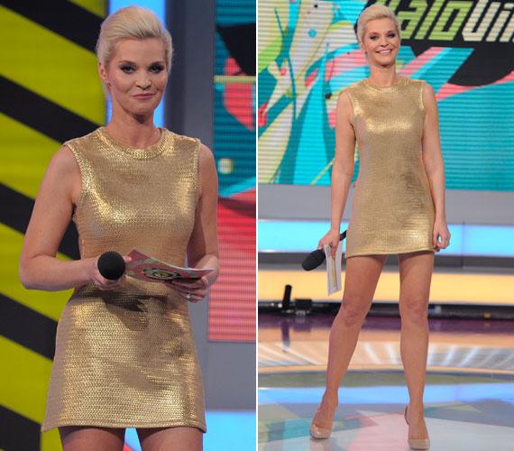 Az aranyszínű miniruhában nem lehetett nem Lilu csodás lábára koncentrálni, amit a nude színű cipő optikailag csak tovább nyújtott.