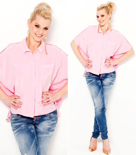 Farmerben lazán  RTL Klub és az RTL II csinos műsorvezetője az örök darabnak számító farmerben és egy rózsaszín, egyszerű ingben is csodásan fest.