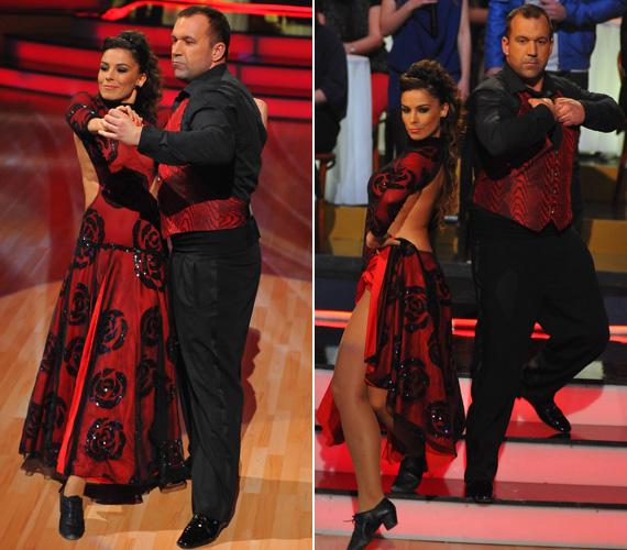 A vörös színű, fekete rózsamintákkal dekorált fellépőruha Molnár Andrea hátát is szabadon hagyta.