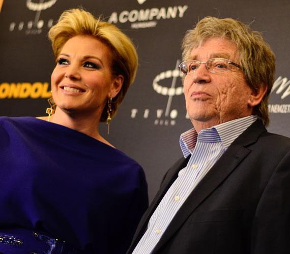 A film rendezőjével, aki egyben a férfi főszereplő is. Kern Andrással pikáns jelenete is van Liptainak, akit fehérneműben is láthatnak a nézők.
