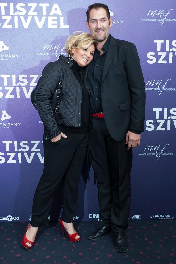 A TV2 műsorvezetője és születendő gyermekének édesapja a fotósok előtt is turbékoltak.