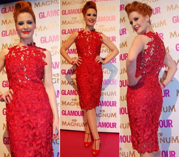 Orosz Barbara, a TV2 Tűsarok című műsorának háziasszonya a 2013-as Glamour-gálán egy hasonló Sármán Nóra-kreációban lépett a vörös szőnyegre