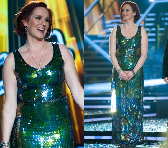 Malek Andrea a The Voice döntőjében viselte ezt a zöld színű, flitteres Makány Márta kreációt. Eredetileg lezserebbre szabták, csak az énekesnő Lakatos Márk stylist tanácsa ellenére beszűkíttette.