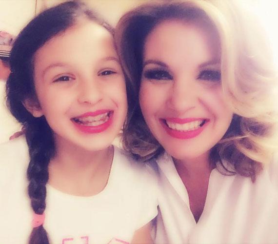 Ugyanaz a mosoly, ugyanaz a rúzs - Liptai Claudia nyolc és fél éves Panka lányával szelfizett anyák napján.