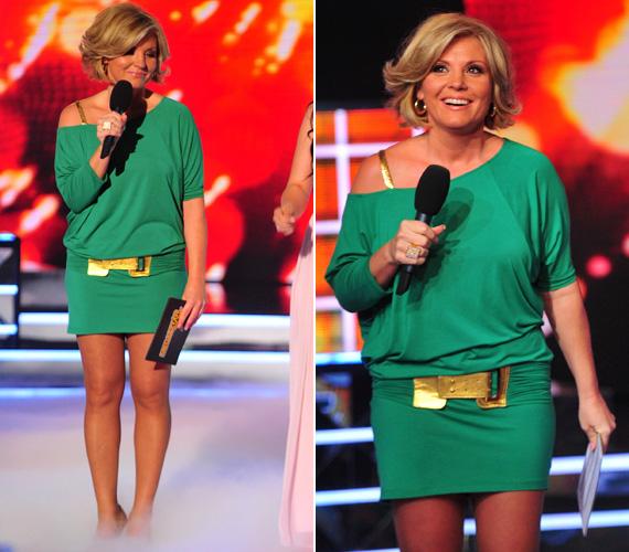 Ez az arany csattal és pánttal feldobott kis zöld ruha egyszerre volt vagány, dögös és fiatalos. Emellett megmutatta Claudia csodás lábait.