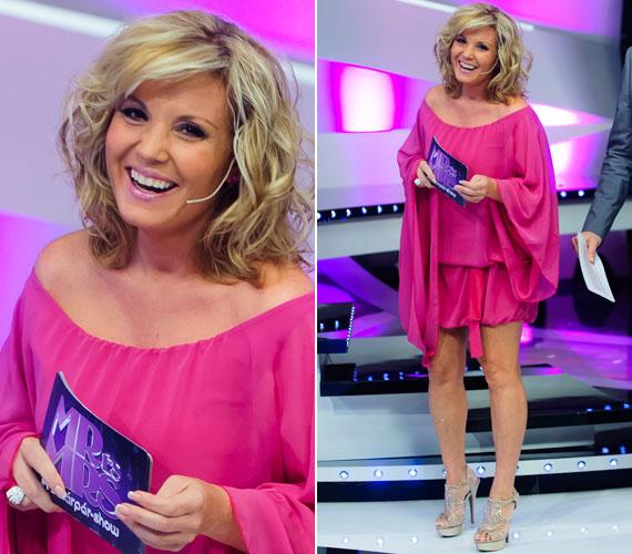 Az második elődöntőben egy a rikító ruhához hasonlóan lenge, pink darabba bújt.