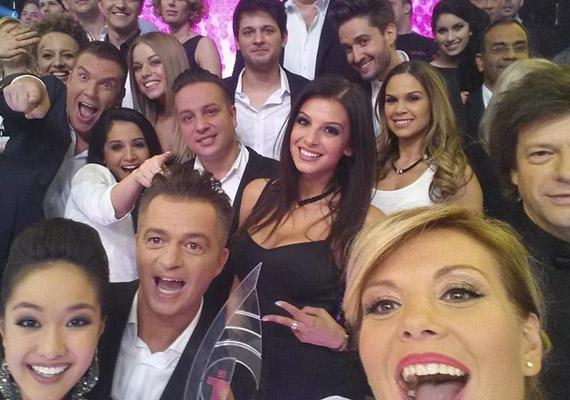 Annyi sztár összesereglett Liptai Claudia selfie-jén, hogy a felső sorban állók - például Oroszlán Szonja vagy Dolhai Attila - nem is látszódnak teljesen.