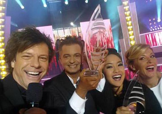 A show férfi műsorvezetője, Till Attila sem maradt ki sorból: ő a győzteseket kapta le kolléganőjével és magával.