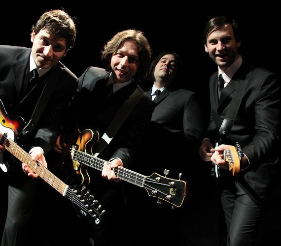 Simon Kornél és Vári-Kovács Péter gitáron játszva a zenekarnak is besegít.