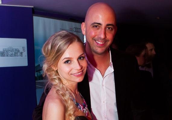 Dobrády Ákos, a TNT együttes egykori tagja tavaly januárban, egy nyaraláson jegyezte el Iszak Esztert, a VIVA TV 27 éves műsorvezetőjét. A 39 éves énekes 2012 ősze óta van együtt a szőke szépséggel.
