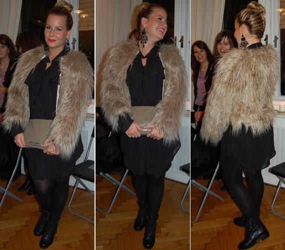 Ezt a szőrös kabátot egy divatbemutatón viselte. Nem kifejezetten illett muszlinruhájához, valamint erősítette is a műsorvezetőt.