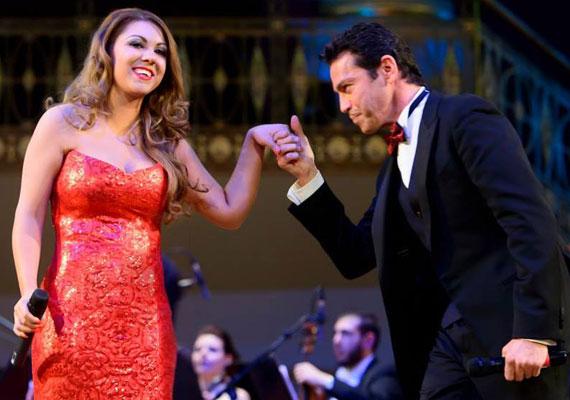 Mága Jennifert a VIII. Budapesti Újévi Koncerten Mario Frangoulis görög sztártenor duettpartnereként láthatta és hallhatta a közönség.