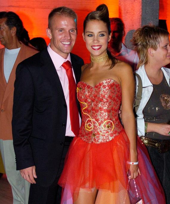 A Barátok közt Zsófiját alakító Kiss Ramóna is szeretett focistát: hat együtt töltött év után, 2010 októberében költözött külön Tóth Norberttől. A focistával korábban Lilu, az RTL Klub műsorvezetője is egy párt alkotott.