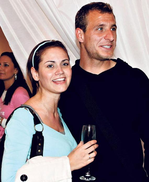 Konta Barbara, a Barátok közt egykori színésznője 2006-ban ment feleségül Németh Norbert focistához, kislányuk 2008-ban jött világra. A műsorvezetőként is ismert Barbi 2014 áprilisában mindenkit meglepett, amikor közölte: férjével elválnak, már a válási papírokat is beadta.