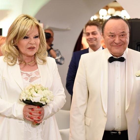Balázs Klári és Korda György 34 évvel első esküvőjük után újra örök hűséget esküdtek egymásnak a VIASAT3 kamerái előtt. Az énekesnőnek ugyanaz a hölgy volt a tanúja, aki 1982-ben. A Korda házaspár esküvői fotóit itt láthatod »