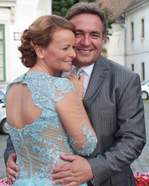 Götz Anna és Böröndi Tamás augusztus 4-én, az óbudai Fő téren, egy meghitt ceremónián fogadtak örök hűséget egymásnak. A színésznő rendhagyó módon egy gyönyörű, kék színű ruhában mondta ki az igent a színésznek. Még több képért kattints ide »