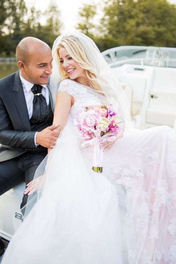 Szabó Zsófi színésznő, az RTL Klub műsorvezetője 2016. október 1-jén mondta ki az igent párjának, Zsoltnak. A Nyírtasson tartott pazar lagziról napokon át érkeztek a fotók - bizton állíthatjuk, az övék volt az elmúlt év legfényűzőbb esküvője. Még több fotó itt »