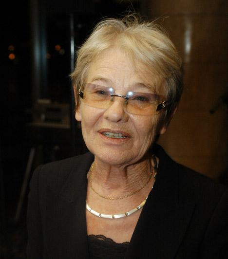Törőcsik MariA 77 éves színésznő vért köpött, majd az orvosi vizsgálat során elájult, összeomlott a keringése és kómába esett 2013 júniusában. Csodával határos módon szervezete elég erős volt a felépüléshez, ám elmondása szerint azóta nem teljesen egészséges, egyik karját például nehezen mozgatja.Kapcsolódó cikk:Törőcsik Mari kórházba került »