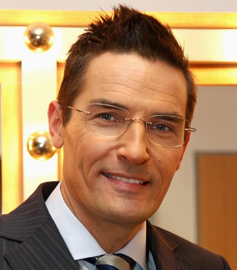 Gajdos Tamás                         Gajdos Tamást azért rúgták ki az ATV-től, mivel negyed órát késett az élő híradó adásából, pedig ő lett volna a bemondó.                         Kapcsolódó cikk:                         Elkésett a híradóból! Kirúgták a magyar műsorvezetőt