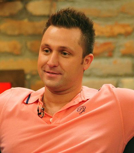 KefírA Kecskés Tibor néven született énekes a kilencvenes évek óta szerepel a magyar popéletben. V-Tech nevű formációja ontotta a slágereket, de az énekes nem csak frontemberként, dalszerzőként is sikeressé vált.