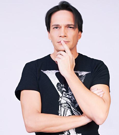 Mester Tamás  Népszerű énekes, akit a tévénézők a Megasztár zsűrijéből is ismerhetnek.  Kapcsolódó képgaléria: A Megasztár zsűritagjai »