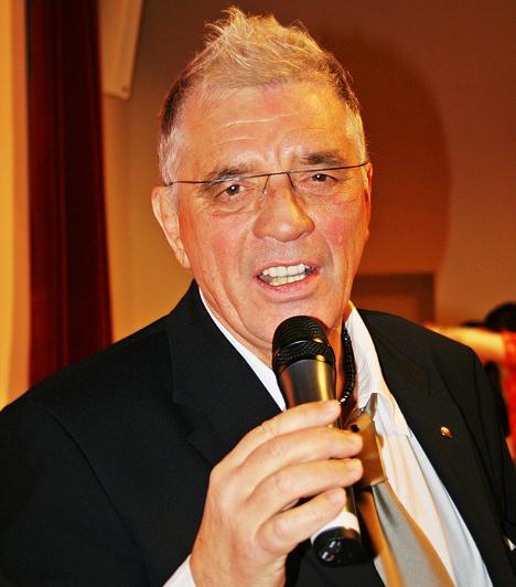 Payer András  Payer Öcsi, azaz Payer András 1941-ben látta meg a napvilágot Budapesten. Eleinte gyógyszerészként dolgozott, de hamar rájött, hogy a zenélés az élete. Számos sláger szerzése fűződik a nevéhez - Almát eszem, Gedeon bácsi -, dalait olyan népszerű előadók vitték sikerre, mint Szécsi Pál, Komár László, Katona Klári. 2011. március 31-én hunyt el.