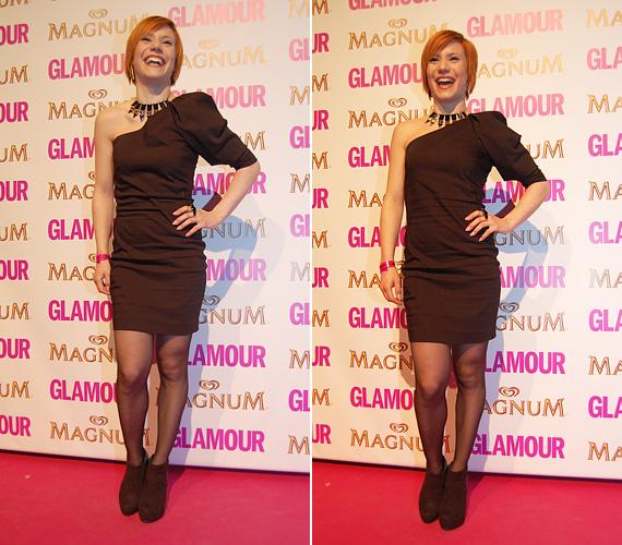 A letisztult: Antal Timi a Glamour-gálára egy aszimmetrikus felsőrészű fekete minit választott, melyet egy hangsúlyos fém nyaklánccal egészített ki. Más nem is kellett az összeállításhoz, csak az énekesnő széles mosolya!