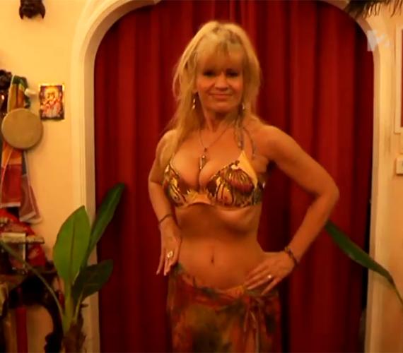 Az egykori modell és fitnessszakértő, Bíró Ica méltán lehet büszke az alakjára. A karcsú szőkeség a kánikula közeledtével 50 fölött is bátran húz bikinit.