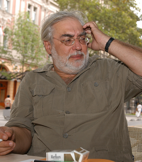 Verebes István, színész, humorista, dramaturg, író  Az 1948-ban született Verebes István sok mindent csinált már életében: a hetvenes években főként színészként ténykedett, a nyolcvanas években a Rádiókabaré szerzőjeként és előadójaként volt ismert, a kilencvenes években pedig több társulat igazgatója volt. Kedvelői a Heti Hetesben is találkozhattak vele, 2010 februárjától 2011 júliusáig a Mikroszkóp Színpad igazgatója volt.