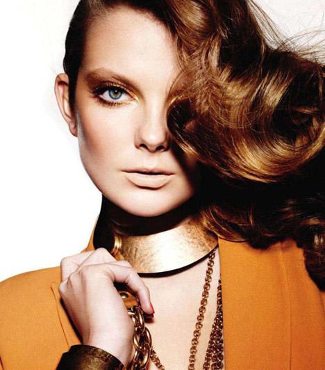 Mihalik Enikő  A békéscsabai születésű lány karrierje az Elite Model Look 2002-es versenyével indult, ahol a Visage Management ügynökség felfigyelt rá. A középiskola befejezése után New Yorkba költözött, ahol olyan világcégeknek dolgozott, mint a Chanel, a Givenchy vagy a Moschino. A models.com szerint a világ 50 legkeresettebb modellje között van.  Kapcsolódó cikk: Ismét a Vogue címlapján Mihalik Enikő »