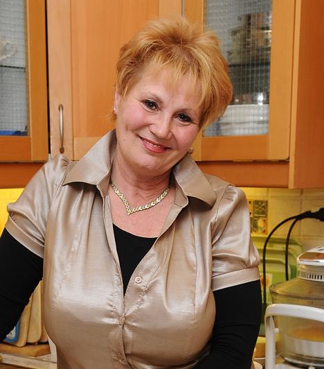 Bay Éva  A mosolygós műsorvezető 1976 óta televíziózik. Kecskemétről indult, eredetileg előadóművésznek készült és esztétikát tanult. Egy véletlen folytán került képernyőre, de neve és arca azóta összeforrt a közszolgálati televíziózással. Volt bemondó, híradó műsorvezető, az Ablak munkatársa és a lottósorsolások háziasszonya.