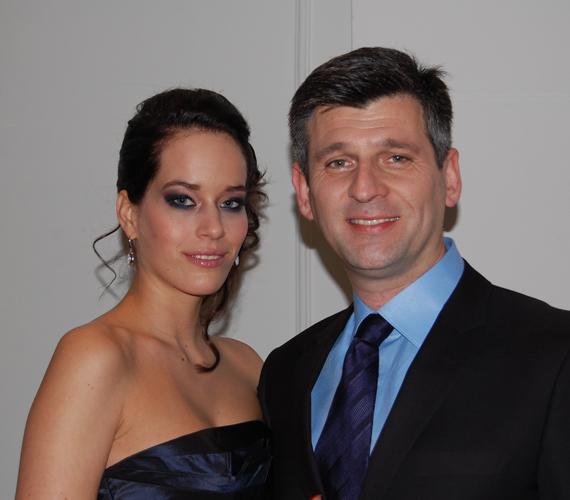 Kárász Róbert boldog párkapcsolatban él kedvesével, Rózával és a 17 év korkülönbség sem zavarja őket. A műsorvezető egyébként 2010-ben viharosan vált el a feleségétől, akivel 15 évig volt együtt.
