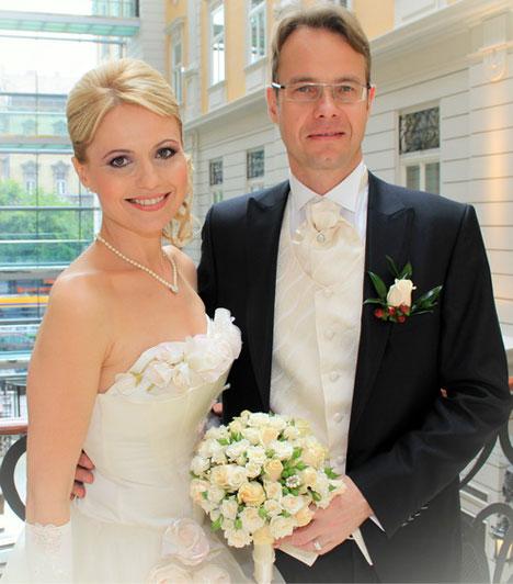 Bényi IldikóA köztévé csinos műsorvezetője 2013 májusában 70 fős vendégsereg előtt ment férjhez. Egy térdig érő, egyszerű, krémszínű ruhában szerette volna kimondani az igent, mondván már mégsem húszéves, ám egy esküvői ruhaszalont működtető barátnője, Farkas Mirmy ezt nem hagyta. Első házasságából született lánya remekül kijön Péterrel.