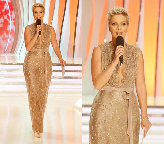 Tatár Csilla A Szépségkirálynő című show-t vezette 2013-ban a TV2-n, amikor a nézők ebben az aranyszínű, alakot hangsúlyozó ruhában láthatták.