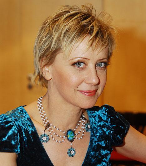 Eszenyi Enikő  A Kossuth-díjas színésznő 1983-ban került a Vígszínház társulatához, miután megszerezte diplomáját a Színház- és Filmművészeti Főiskolán. 2009 februárja óta az intézmény igazgatói posztját is ő tölti be.