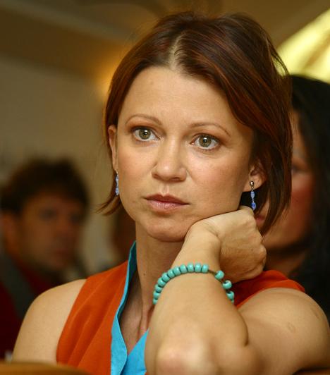 Görbe Nóra  Az 1956-ban született színésznőt a Linda című sorozatban szerette meg az egész ország. a színészet mellett évtizedek óta taekwondo-zik. Két gyermek édesanyja: Anna 1983-ban, Márton 1989-ben született.