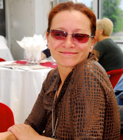 Pap VeraPap Vera még főiskolás korában játszotta el az Angi Vera című film főszerepét, de emellett emlékezetes alakítás nyújtott a Dögkeselyű, a Csapd le csacsi és a Roncsfilm című alkotásokban is. 1979 óta a Vígszínház társulatának tagja. 1956-ban született Budapesten.
