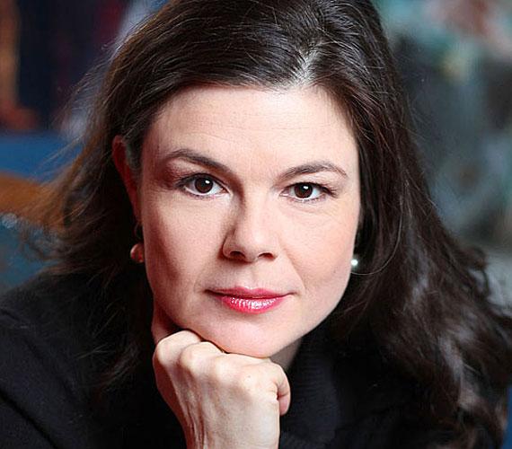 A 48 éves Györgyi Anna a Duna World női hangja. Számtalan sorozatban hallhattuk, hiszen ő volt az X-aktákban Dana Scully, a Doktor House-ban Lisa Cuddy, a Melrose Place-ben Sydney, a Szellemekkel suttogóban Melinda, a Gumimacikban pedig Szani.