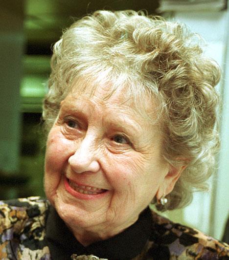 Komlós Juci (1919-2011)A Szomszédok Lenke nénije 2011. április 5-én, 92 évesen hunyta le örökre a szemét. A Klinika című sorozatban ő volt Brinkmannék első házvezetőnőjének, Käthi Mareknek a magyar hangja, de halhattuk a Rabszolgasorsban is, valamint Joan Hickson vagyis Miss Marple szinkronhangjaként is.