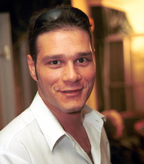 Selmeczi Roland (1969-2008)  A 39 éves színész 2008. január 30-án autóbalesetben halt meg, egy színházi próbáról hazafelé tartva lesodródott az autópályáról. A szinkronban hazánk egyik legfoglalkoztatottabb színésze volt, ő volt Antonio Banderas, Brad Pitt állandó magyar hangja, de gyakran szólaltatta meg Robert Downey Jr.-t, Dermot Mulroney-t, Matt Dillont, Clive Owent. Ő szinkronizálta Viggo Mortensent A Gyűrűk Ura-filmekben, Kiefer Sutherlandet a 24-ben és Robert Sean Leonardot a Doktor House-ban.