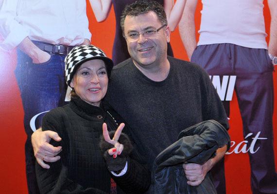 Vándor Éva 1976-ban szerezte meg diplomáját a Színház- és Filmművészeti Főiskolán, 1991 óta a József Attila Színház tagja. Az ezredfordulót követő években olyan magyar filmekben is találkozhattunk vele, mint aMontecarlo!, aSorstalanság, aMade in Hungária, illetve aSzinglik éjszakája. Országos ismertségét mégis aTV2szappanoperájának köszönheti, amelynek 2007 és 2009 között volt szereplője. Az ő hangján szólal meg Joan Cusack, Melanie Griffith, de Liza Minnelli is. Férje Harmath Imre, akivel több mint két évtizede alkotnak egy párt. Az 54 éves színész több kisebb filmszerep után három évig a Szeress most! című sorozatban Konrád Jánost - a főszereplőt - alakította. Modellként, reklámfilmszínészként, vágóként, zeneszerzőként dolgozott, és 150 filmhez adta a hangját, hallhattuk többek között a Szex és New Yorkban, a Sherlock és Watsonban, az Odaátban vagy a Londoni rémtörténetekben is.