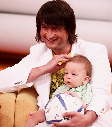 Edvin Marton  Edvin Marton - aki eredetileg Csűry Lajosként látta meg a napvilágot a kárpátaljai Tiszalökön - titokban vette feleségül Gombos Adriennt. Első kisfiuk, Maxim 2009 októberében született, második gyermeküket, Noel pedig 2011 áprilisában jött a világra.