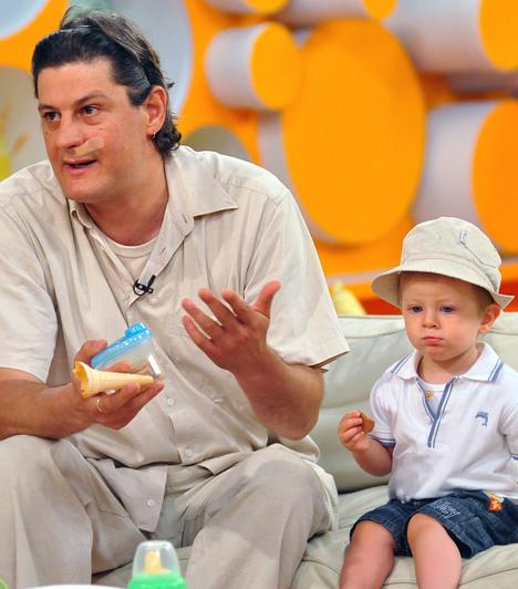 Kárász Zénó  A színészt a magyar nézők a Família Kft.-ben ismerték meg egykor, mint a Szép család nőcsábász Ádámját. Azóta eltelt jó néhány év, és bár Zénó bevallása szerint kicsit későn érő típus, azért sikerült rátalálnia a neki való hölgyre. 2006 végén mondta ki a boldogító igent választottjának, majd 2009 februárjában megszületett kisfiuk, Buda.