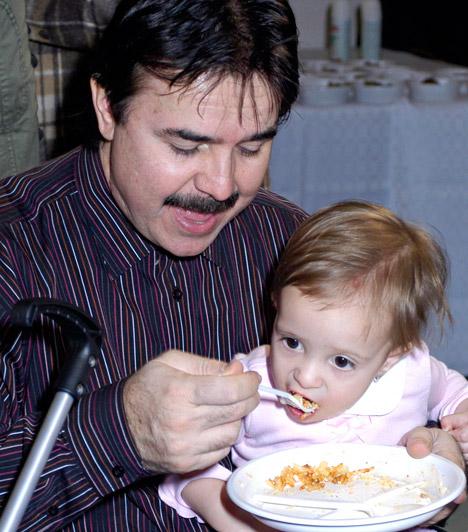 Maksa Zoltán  A közkedvelt humoristának két lánya van, a nagyobbik, Tímea 2010-ben ment férjhez. A fotón kisebbik lányát, Bogit eteti nagy gonddal, aki 2005-ben született második feleségétől, Gráf Csillától.