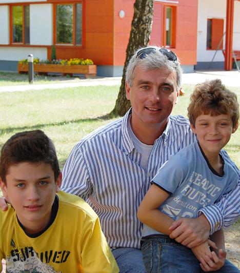 Szellő István  Szinte hihetetlen, hogy az RTL Klub jóképű híradósa négy gyermek édesapja. 2009 augusztusában a Naim Renátától született ikreket, Mannát és Alent a nevére vette annak ellenére, hogy nem él együtt a gyerkőcök anyjával. Emellett azonban van két fia a korábbi házasságából is. Andrissal és Ádámmal, csakúgy, mint a kicsikkel igyekszik annyi időt eltölteni, amennyit csak lehet.