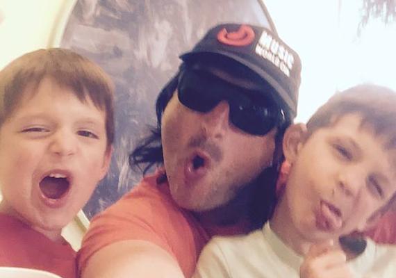 Soha nem hinnéd el, ki van a fotón: Edvin Marton és két gézengúz kisfia készítettek közös szelfit magukról. A nagyobbik gyerkőc Maxim, a kisebbik pedig Noel.
