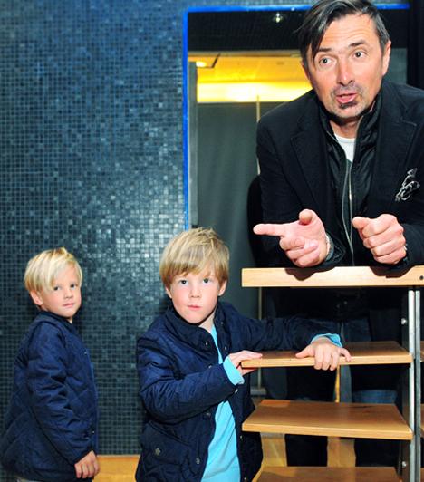 Márton és Dániel                         Csiszár Jenő és kedvese, Ujvári Eszter két gyermek büszke szülei. Ikerfiai, Márton és Dániel 2002-ben látták meg a napvilágot.