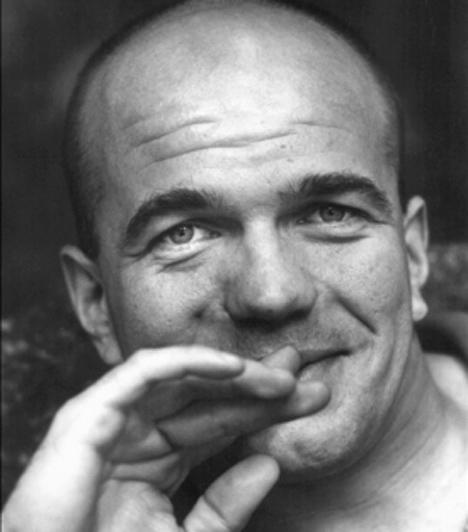 Bubik István (1958-2004)  A karakteres színművész a Nemzeti Színháznál kezdte pályafutását, majd 1993-ban a Művész Színházhoz szerződött, 1998-től pedig az Új Színház társulatának volt tagja. Munkásságát többek köt Jászai Mari-díjjal és Érdemes Művész kitüntetést ismerték el. Bubik István 2004. november 28-án, 46 éves korában, tragikus közlekedési balesetben vesztette életét.