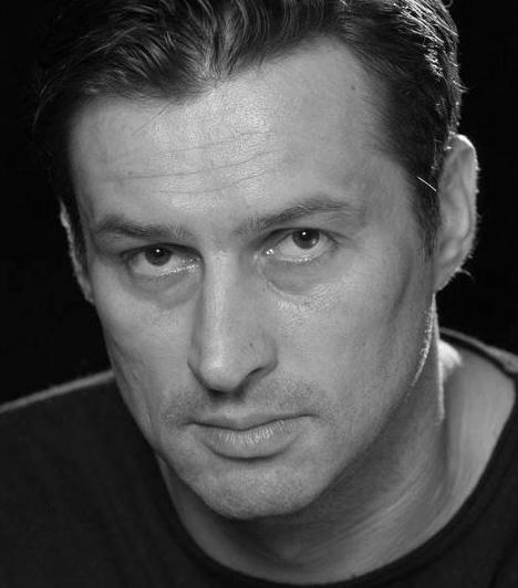 Huszár Zsolt (1971-2011)  Huszár Zsolt, az Új Színház színésze közlekedési balesetben vesztette életét. A 40 éves művész alapító tagja volt a Krétakör társulatnak, játszott Kecskeméten, Debrecenben és Tatabányán, 2003-ban szerződött a budapesti Új Színházhoz.  Kapcsolódó cikk: Képek! A tragikus balesetben elhunyt Huszár Zsolt legemlékezetesebb szerepei »