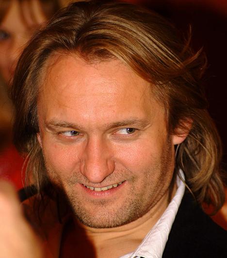 Kaszás Attila (1960-2007)  Nemzedékének egyik legtehetségesebb színésze volt, akit egyedülálló zenei tehetsége és muzikalitása miatt számos zenés darabban és musicalben is láthattak a nézők.